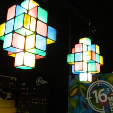 Luminária no hall de entrada cine-tenda