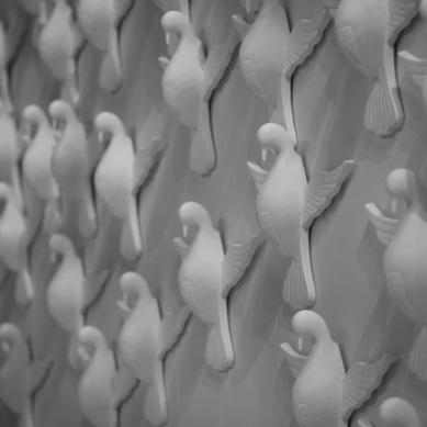Detalhe dos pombos de gesso na boca de cena