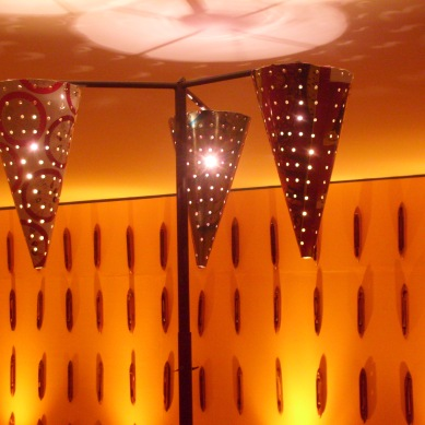 Detalhe luminária de lata furada