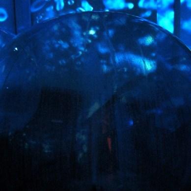 Fonte de água dentro de inflável.