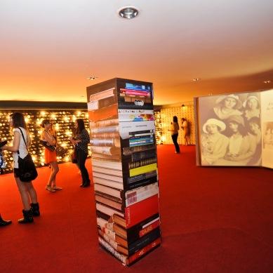 Hall com livros gigantes