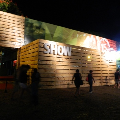 Cine tenda a noite