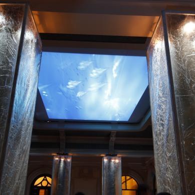 Hall de entrada com colunas revestidas de gelo e projeção