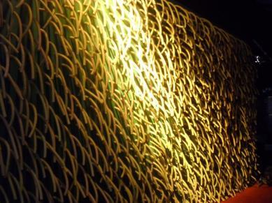 Detalhe do painel com mangueiras elétricas