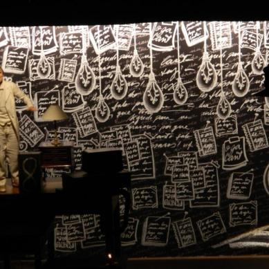 Fundo de palco em tecido ilustrado por Ronaldo Fraga
