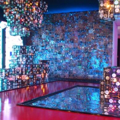 ambiente da metrópole feito com partes eletronicas recicladas